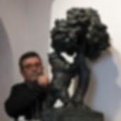 El Director del museo Navarro Santafé con una rèplica en miniatura del Oso y el Madroño madrileño...