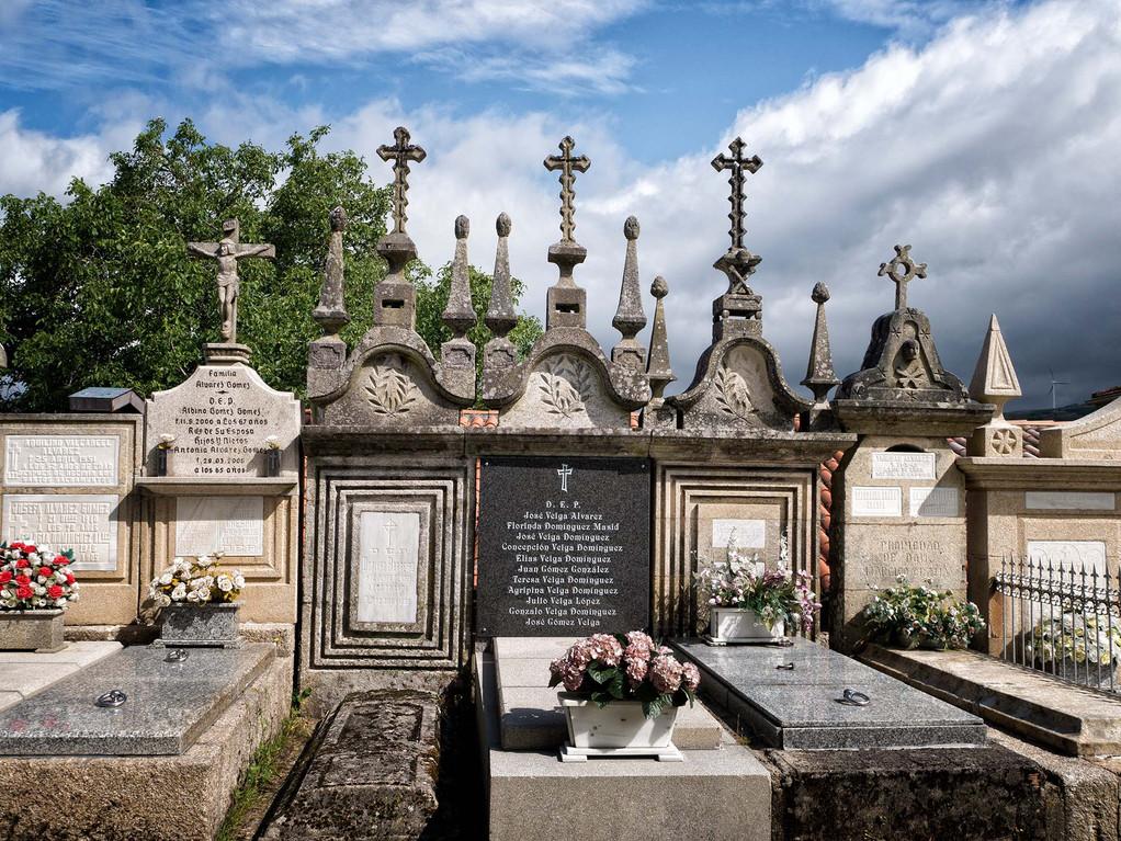 Iglesia de San Salvador y cementerio en Loña do Monte...