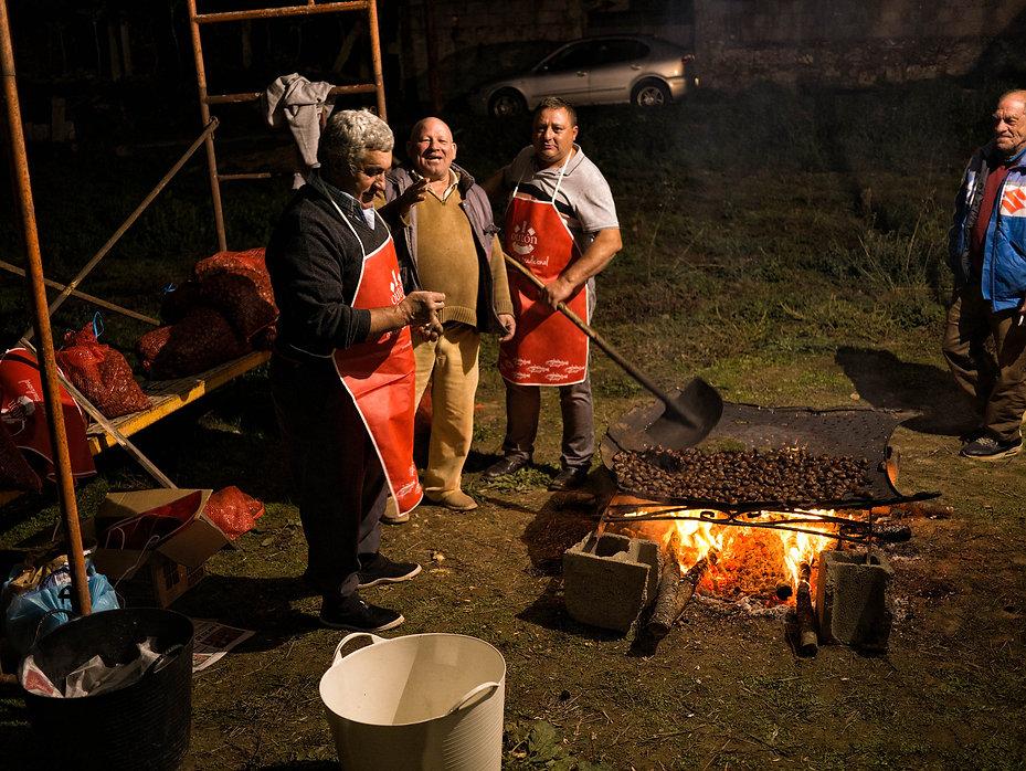 Celebrando el magosto en Pesqueiras, parroquia de Salvaterra de Miño (Pontevedra) Fiesta en la que se asan castañas y se degusta el nuevo vino del año así como los peros cocidos en vino.
