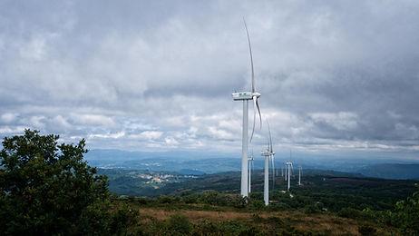Molinos eólicos en Virxe do Monte en Nogueira de Ramuín desde donde las vistas son impresionantes.