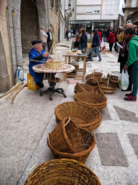 No menos habilidad requiere la cestería sae con mimbres o madera de castaño...