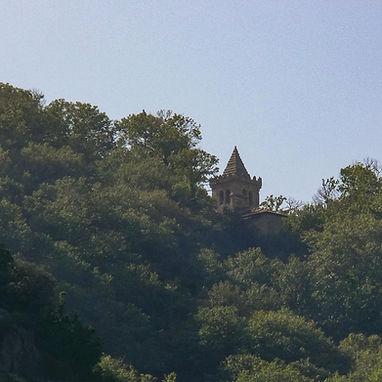 Desde el catamarán que hace la ruta fluvial del Cañón del Sil se aprecia el campanario del Monasterio de Santa Cristina de Ribas de Sil en Parada de Sil (Orense, Galicia, España). Photoperiplo estuvo allí.