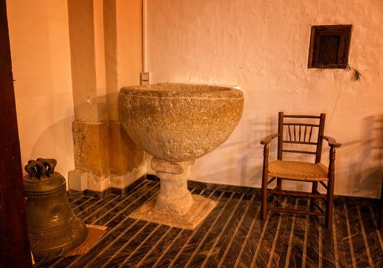 En el interior de la iglesia parroquial destacan sus pilas bautismales...