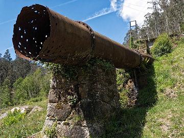 Tubo que llevaba el agua a la antigua mini central eléctrica en Mondoñedo (Lugo) Galicia, Photoperiplo estuvo allí
