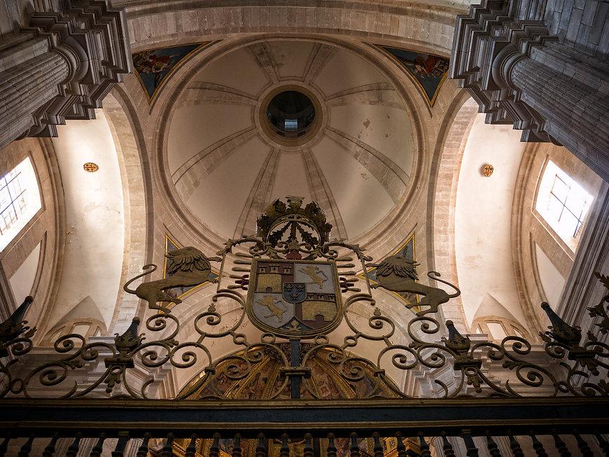 Contra picado de la reja y la cúpula de la iglesia del Monasterio de Uclés (Cuenca). A Photoperiplo le gustan los contra picados y viajar para fotografiar.