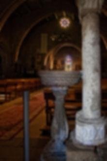Pila de agua bendita, antigua Pila Bautismal Serpentaria de Santa María del Campo en Muros (A Coruña)