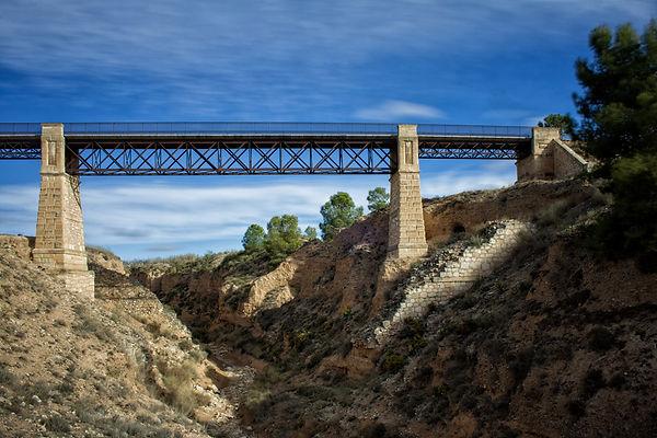 Puente del Chicharra que libra el encañonado cauce del río Vinalopó a su paso por Villena (Alicante). Photoperiplo hizo esta foto