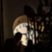 A contraluz, parte del mecanismo del reloj fabricado en Madrid por Antonio Conseco para el ayuntamiento de Pinoso