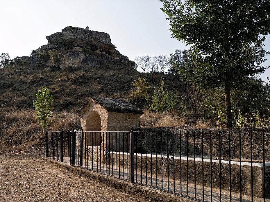 En primer término la Fuente de Abajo y al fondo la Peña Gorda en Villarejo Sobrehuerta (Cuenca) Photoperiplo estuvo aquí e hizo estas fotos...