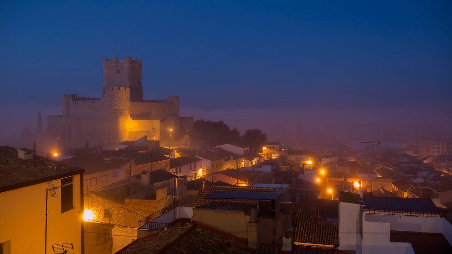 Castillo de la Atalaya de Villena (Alicante) España, Photoperiplo estuvo allí fotografiando este amanecer en la hora azul y con niebla. Si te gusta viajar para fotografiar, ya sabes hazlo con Photoperiplo.