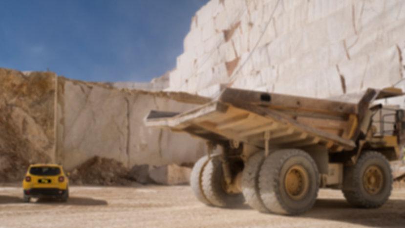 Nuestro Jeep Renegade comparado con un camión en la cantera de Monte Coto en Pinoso (Alicante) España