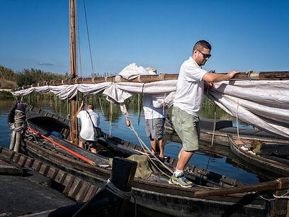 Poco a poco van montando la vela en estastípicas embarcaciones aquí en el Puerto de Catarroja (Valencia) en el Parc Natural de l'Albufera. Photoperiplo estuvo fotografiando allí.