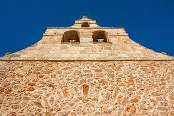 De la Iglesia de Olmedilla de Alarcón (Cuenca, Castilla la Mancha) destaca su espadaña.