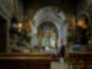 Interior de la iglesia de la Magdalena en Louro, Muros (A Coruña) desde donde parte el sendero que nos llevará hasta los petroglifos de Laxe das Rodas