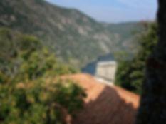 Desde el Monasterio de Santa Cristina de Ribas de Sil, joya del románico gallego, en Parada de Sil (Orense, Galicia, España) sólo hay un punto desde el que se puede ver este río que atrajo a eremitas y monjes: el campanario. Imagen de Photoperiplo, viajar y fotografiar.