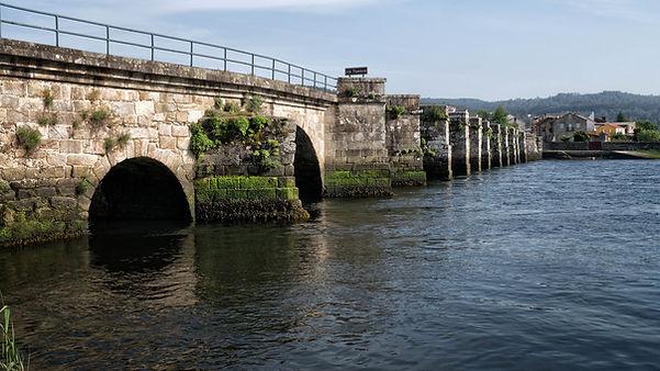 El Puente Nafonso sortea la Ría de Muros Noia y el río Tambre uniendo las poblaciones de Noia y Outes, se cree que es de época medieval y lo mando construir Alfonso II de quien recibiría su nombre