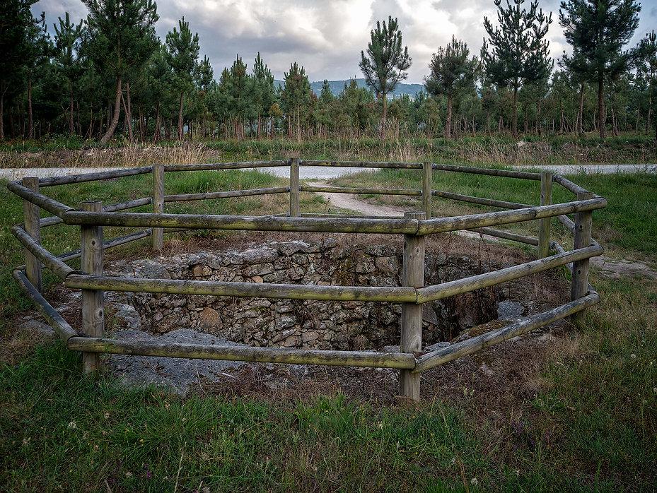 el Foxo de Cabritao Pozo del Lobo, antigua trampa ya en desuso a modo de foso en el que se introducía un cabrito como reclamo para que los lobos se dejaran caer y allí poder sacrificarlos. Parada de Sil en Ourense.