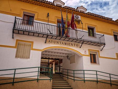 Ayuntamiento de Valera de Abajo en Cuenca (Serranía media, Castilla la Mancha) edificado donde estaba el antiguo convento de las Carmelitas. Foto de Photoperiplo