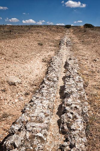 Restos del acueducto que traía el agua desde Saelices a Segóbriga. Imagen de Photoperiplo.