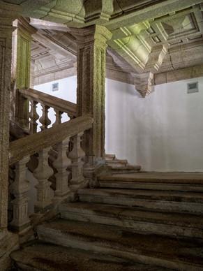 Escalera por la que se accede al 1ª planta del Claustro de Os Cabaleiros...