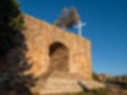 Ermita de San Roque y San Isidro en Valera de Abajo en Cuenca (Serranía media, Castilla la Mancha) llama la atención porque sobre ella hay un olivo. Desde aquí las vistas son interesantes