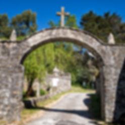 Desde el arco de entrada del Convento de San Francisco en Louro, Muros (A Coruña) parte este Vía Crucis que parece subir al cielo...