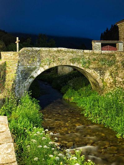 Fotografía de noche con una exposición de 6 segundos y la hora azul de fondo del Ponte do Pasatempo sobre el río Valiñadares en Mondoñedo (Lugo) Galicia Spain