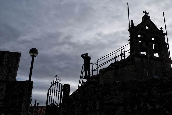 Contraluz de la iglesia parroquial de San Andrés en Uma, Salvaterra de Miño, Pontevedra, Galicia. Photoperiplo estuvo allí fotografiando el otoño.