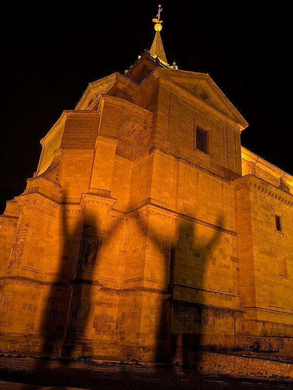 Ábside de estilo herreriano del Monasterio de Uclés (Cuenca). Photoperiplo aprovechó la interesante iluminación nocturna jugando con sus sombras.