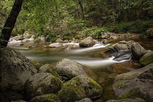 El río Mao a su paso por la Fábrica de la Luz en Parada de Sil (Orense, Galicia, España) Fotografía hecha por Photoperiplo con una larga exposición diurna con filtro de densidad neutra ND 400.