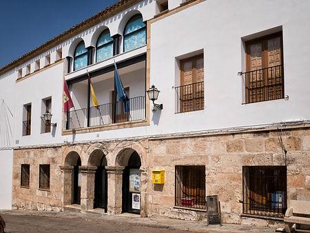 Fachada del ayuntamiento de Torrejoncillo del Rey (Cuenca) de estilo renacentista (siglo XVI)
