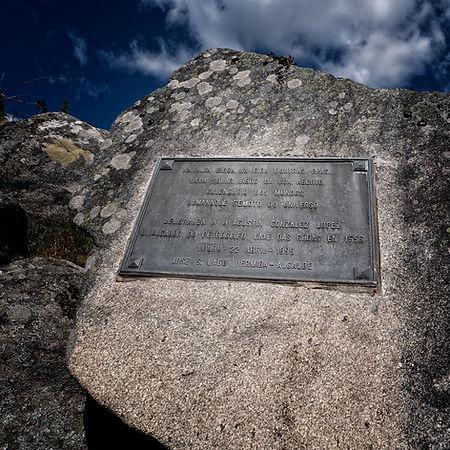 Placa de homenaje a D. Agustín González López fiel divulgador de los petroglifos de Laxe das Rodas en Muros (A Coruña)