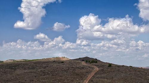 Siguiendo este camino de los Pinguruzos, que son siete, llegaremos hasta la ermita de Santa Quiteria situada entre Uclés, Rozalén del Monte y Saelices en Cuenca (Castilla La Mancha, España) Photoperiplo anduvo por allí con sus fotos.