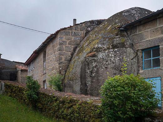 "Curiosas casas ""adosadas"" a penedos en San Martiño de Nogueira. Imagen de www.photoperiplo.com"