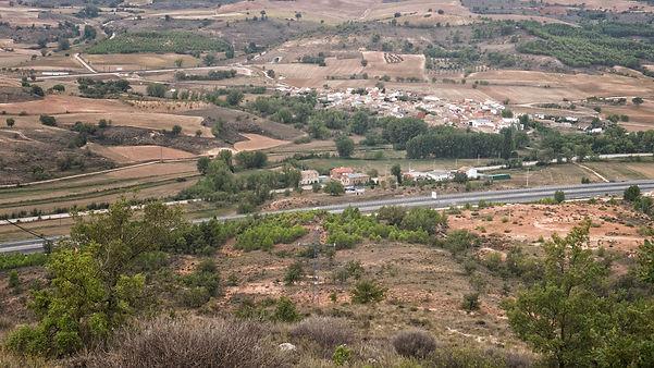 Vista de Naharros (Cuenca) desde las antenas. Se aprecia en primer término la autovía A40