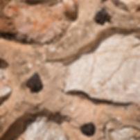 Símbolo de poderío era rematar los exteriores de las murallas con mineral de hierro.  Mucho hierro era signo de muchas armas y aí es en el Castillo de Uclés (Cuenca). Mira estas fotos de Photoperiplo...