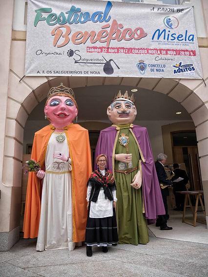 Noia (A Coruña) por San Marcos es una fiesta, aquí en la entrada del Teatro Coliseo Noela nos encontramos con una exposición de fotografías antiguas y los gigantes y cabezudos preparados para su desfile.