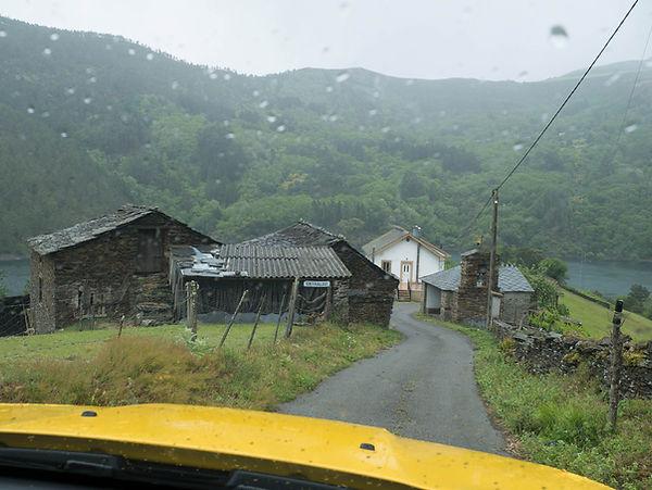 Desde Entralgo, en la misma orilla del Embalse de Salime, se ve enfrente la aldea de Ernes, ambas del Concello de Negueira de Muñiz en Lugo. Preciosos lugares para viajar y fotografiar.