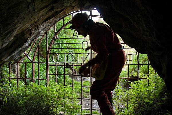 Entrada a la Cueva del Rey Cintolo en Mondoñedo (Lugo), la más grande de Galicia.