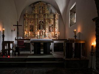 Interior de la Iglesia de San Salvador en Negueira de Muñiz con el retablo principal