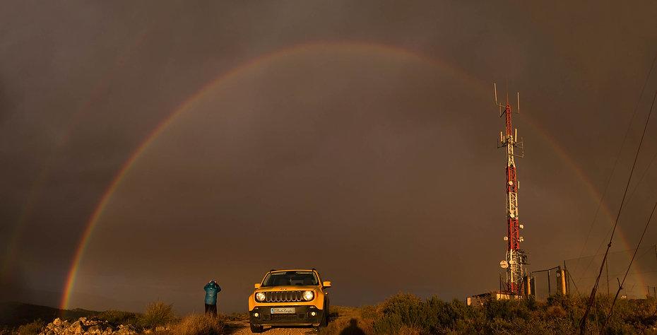 Impresionante tarde de tormenta en la Sierra de la Villa de Villena (Alicante) con un imponente arco iris. Photoperiplo llegó a tiempo para fotografiarlo.
