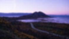 Amanecer primaveral en Lagoa, laguna, de Xalfas y Monte Louro en Muros (A Coruña), en primer término la carretera AC-550 camino de Carnota