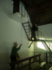 Aniceto tocando las campanas de la igleia de San Xoán en Fornelos, parroquia de Salvaterra de Miño (Pontevedra) y Paco Gisbert de Photoperiplo dándole cuerda al relój de péndulo.