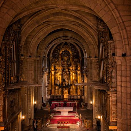 Vista opuesta de la nave central con los dos órganos, al fondo el Altar Mayor...