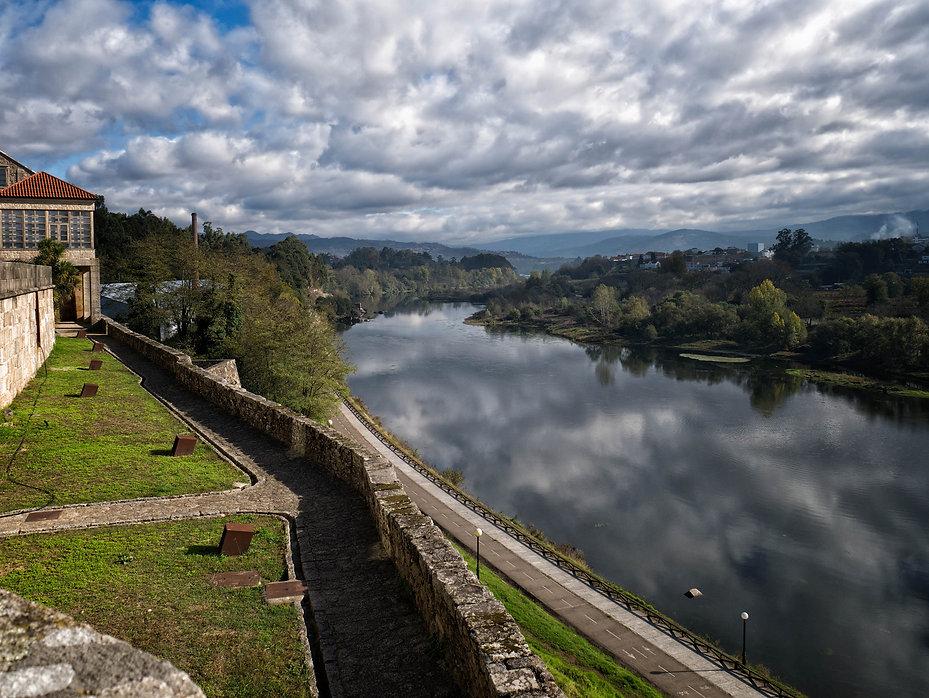 Vistas desde el Castillo de Dª Urraca de Salvaterra de Miño en Pontevedra (Galicia) España, es un jardín que se asoma al río Miño. Photoperiplo, que nos encanta viajar para fotografiar estuvo allí en otoño.