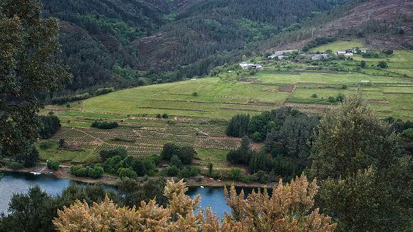 Desde la parroquia de Foxo en Negueira de Muñiz (Lugo) se ve al otro lado del río Navia el área recreativa de Virgen da Veiga y el embarcadero.