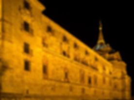 Fachada plateresca del Monasterio de Uclés (Cuenca). Photoperiplo aprovechó la interesante iluminación nocturna jugando con sus sombras.