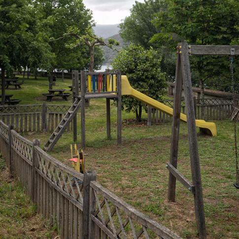 Área recreativa da Virxe da Veiga en Negueira de Muñiz y su parque infantil...