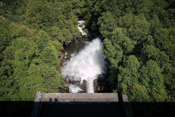 Vista desde la presa del embalse de Edrada aguas abajo del río Mao en Parada de Sil (Orense, Galicia, España). Imagen de Photoperiplo.