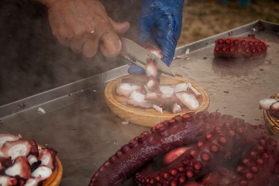 No hay fiesta, feria,feira o mercado que se precie en Galicia que no se haga alrededor de una buena mesa, aún menos sin degustar el polbo (pulpo) a feira... uhmmm!!! rico, rico....